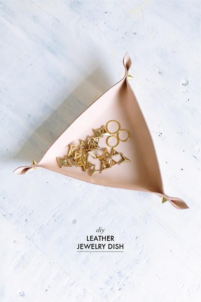 This super-simple leather jewelry tray is equal parts edgy and feminine. #DIY