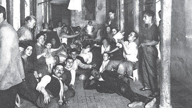 Verano de 1928. Una corrala en Lavapiés. Hace bastante calor, y la gente no logra conciliar el sueño. Los vecinos optan por bajarse las sillas y las tumbonas al patio y, provistos de un buen botijo, iniciar una distendida tertulia