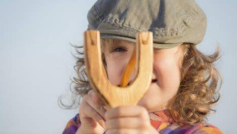 Speelgoedwapens voor meisjes. Meisjes ruilen tiara's voor pijl en boog. De Morgen