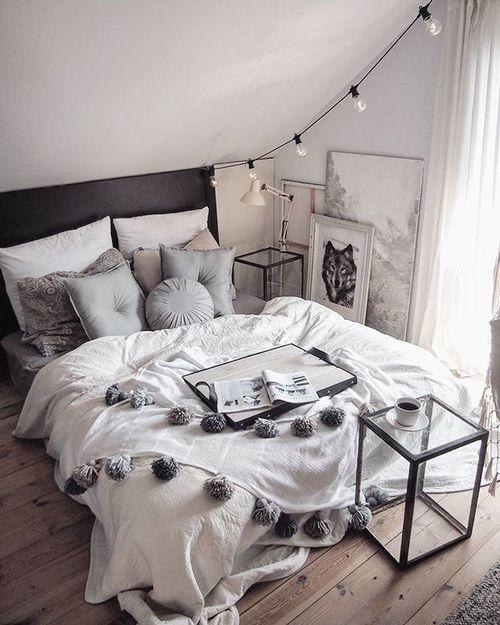 Cozy bedroom. Ich mag die Schräge mit der Lichterkette und den Bildern.