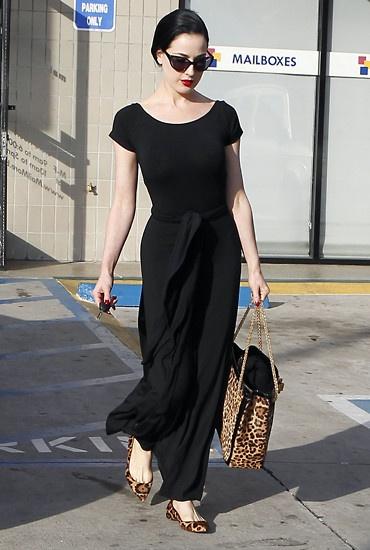 Dita Von Teese sieht man doch eher selten in flachen Schuhen. Diese spitz zulaufenden Ballerinas mit Animalprint sind aber perfekt abgestimmt auf ihre Tasche und durch das schlichte schwarze Kleid auch ein richtiger Hingucker.