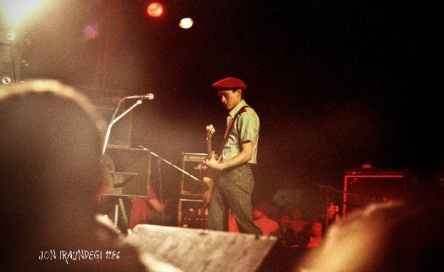 Fermin Muguruza disfrazado de ertzaina en un concierto de Kortatu en el barrio de Moscú de Irún en 1986.
