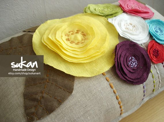 Love the look of these flowers on the pillow. Would like to put them on my bags
