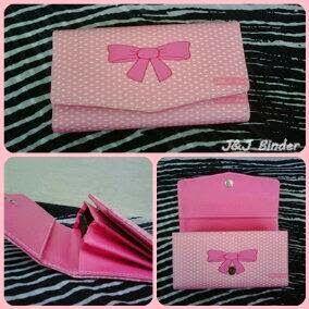 Nama  Produk : Dompet Pita Pink Harga : 60rb Ukuran   : 20cmx35cm Bahan : Kulit Sintetis Bentuk Dompet : Lipat 3 ,1 slotfoto, 3 slotcard
