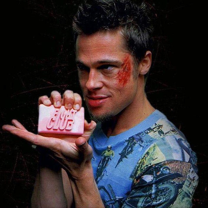 Tyler Durden è il personaggio di Fight Club interpretato da Brad Pitt. In questo articolo troverai 8 regole di vita ispirate alle sue famose frasi
