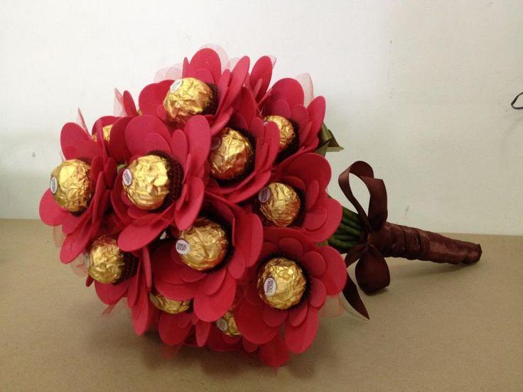 Ramo de rosas hecho con cartulinas y bombones para San Valentin