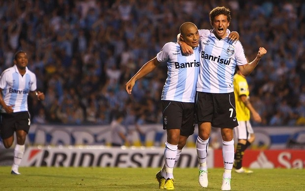 Elano comemora gol do Grêmio contra o Barcelona-Equ com Anderson Pico, 24/10/2012 (Foto: Lucas Uebel / Site Oficial do Grêmio)