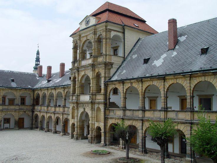 Zámek Moravská Třebová _ patří k nejvýznamnějším renesančním památkám v České republice. Koncem 15. století se zde poprvé v českých zemích objevily moderní renesanční prvky a počátkem 17. století vznikla tři pozdně renesanční křídla podle plánů italských stavitelů.