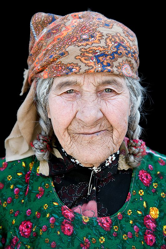 Tadjikistan portrait: An old lady in the Panj Valley, wrinckles, lines of life, powerful face, intense, beauty, portrait