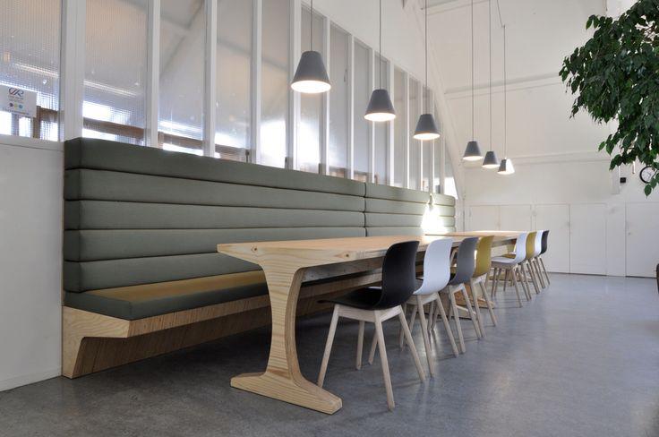 Bedrijfskantine met cafebank van 6 meter en multiplex tafel, stof Kvadrat Steelcut