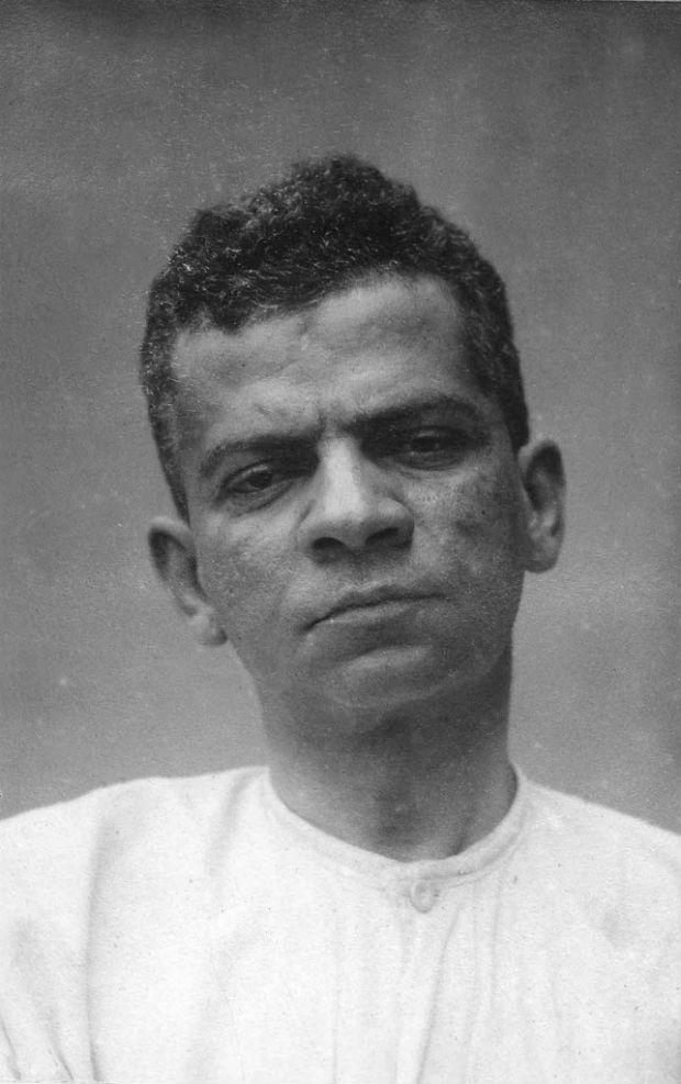 """Literatura: o escritor Lima Barreto (1881-1922), autor do romance """"Triste Fim de Policarpo Quaresma"""", fotografado no Hospital Psiquiátrico Pedro II, onde hoje funciona o Intituto de Psiquiatria da UFRJ (Universidade Federal do Rio de Janeiro), no ano de 1919. (Divulgação). *** DIREITOS RESERVADOS. NÃO PUBLICAR SEM AUTORIZAÇÃO DO DETENTOR DOS DIREITOS AUTORAIS E DE IMAGEM ***"""