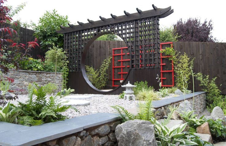 The moon gate with wooden art behind : Asian style garden by Lush Garden Design