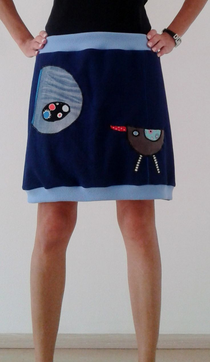 Úpletová sukně s ptáčkem a kapsou Originální sukně ušitá ze silnějšíhotmavěmodrého nepružného úpletu (100% bavlna), přední i zadní díl ušit ze dvou kusů látky - prošito ozdobným švem aplikace ptáčka velká funkční kapsa z jeansoviny v pase a spodním okraji pružné náplety bavlna + elastan Rozměry: pas v klidu cca 2x46cm, pohodlně lze natáhnout na cca 2x52cm ...
