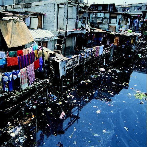 Coroadinho, Sao Luis - Curiosamente, a maior favela do Nordeste não está nas suas maiores metrópoles, como Recife ou Salvador. Coroadinho, com seus 53.945 moradores, está em São Luís-MA, que só recentemente superou a barreira de um milhão de habitantes. Assolada pela violência, a favela é dominada por milícias armadas e cartéis de traficantes. Sem supermercados, o abastecimento alimentar é feito por meio de uma feira livre sem as devidas condições de higiene.