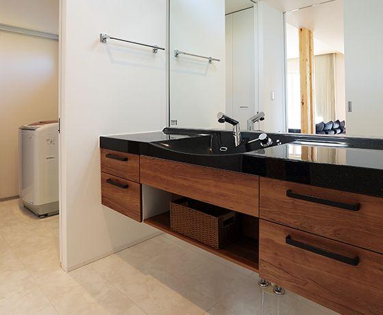 快適な住み心地をかなえる平屋の建築実例をご紹介いたします。大容量の太陽光発電、漆喰が映えるビルトインガレージ、家事導線を考えたキッチン、テーブルの配置など随所に見られるこだわりの建築実例・間取りをぜひご覧ください。アルネットホームは、永く住み継がれる家づくりをご提案いたします。