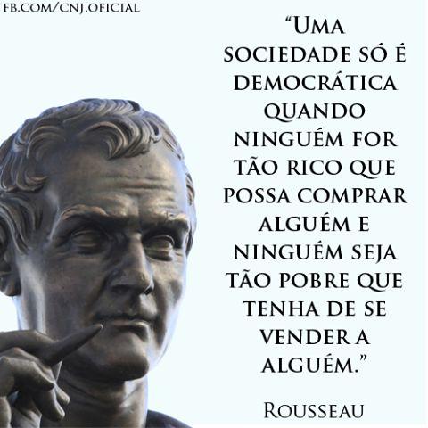 """Jean-Jacques Rousseau (28/6/1712 – 2/7/1778), importante filósofo, teórico político e escritor, é considerado um dos principais filósofos do iluminismo. Um de seus livros mais conhecidos é """"O Contrato Social"""", publicado em 1762, em que propõe que todos os homens façam um novo contrato social com o qual se defenda a liberdade do homem, garantindo os direitos de todos os cidadãos."""