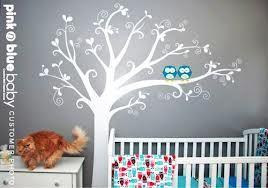 Een babykamer met boom en uiltjes