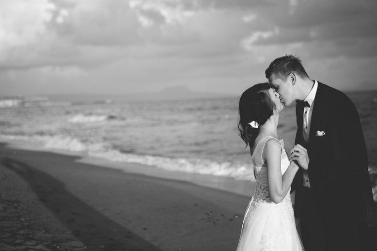 kiss wedding on the beach Bride Groom black/white photography Santorini island