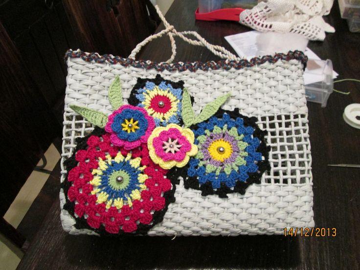 bolsa de palha com aplicação em croche by Regina Haddad