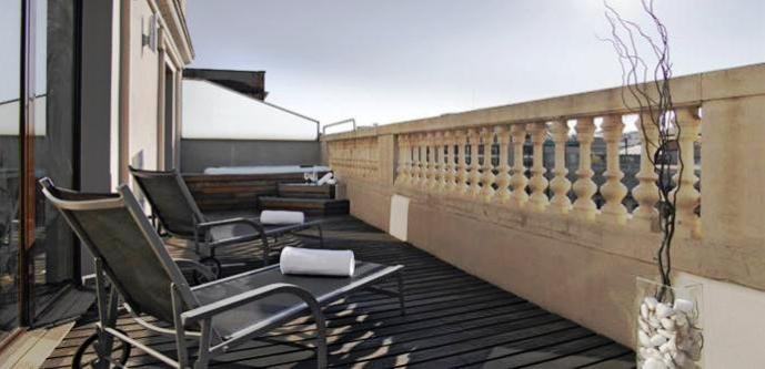 El Hotel Acta Atrium Palace es un céntrico hotel en Barcelona, a pocos metros de la Plaça de Catalunya y Las Ramblas. Un hotel 4 estrellas situado en la Gran vía, en pleno centro de Barcelona, desde el que se puede ir a pie a algunas de las atracciones y puntos de interés turístico más importantes de Barcelona.