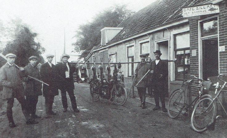 De Katwijkerlaan met café Het Baarsje in 1915. Rechts staat Jan Lamens, bijgenaamd Jan de Schieter. Jan de Schieter was jager en visser en niet op de laatste plaats de opa van Telstar-icoon Jan Wenteler. Een legendarisch figuur die vooral bekendheid genoot door de onfeilbaarheid waarmee hij met zijn vuurwapen wist om te gaan én de manier waarop hij aan het vliegen van de kieviten kon zien waar hun nest met eieren lag. Geheel rechts staat een rijwiel voorzien van een kaarslantaarn.