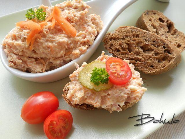 Sýr utřeme s majonézou, přidáme umleté uzené maso, nastrouhanou karotku a křen, přisolíme a zlehka promícháme.