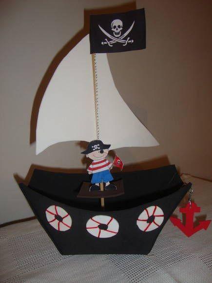 Barco do Pirata, é uma linda lembrancinha para a Festa dos Piratas. Ele pode decorar a mesa da festa como pode ser o enfeite das mesinhas da festa. O barco tem direito a bóias, leme, âncora, vela e um jovem pirata. Dentro dele pode ser colocado: doces, balas, bombons, enfeites dourados dando a idéia que o barco está carregado de ouro. R$ 8,50