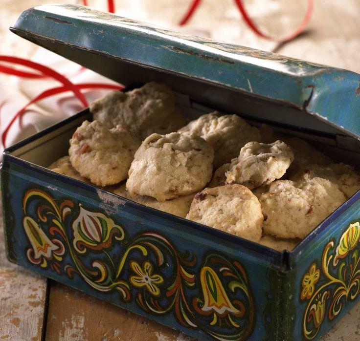 Tradisjonsrike og lettvinte julekaker som holder seg gode lenge. Mandlene setter en herlig smak, og potetmel og kremfløte i deigen gir kakene en f...