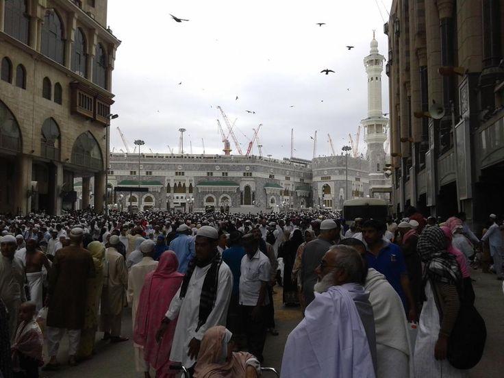 Penuh sesak dengan jamaah dari seluruh penjuru dunia disekitar Masjidil Haram