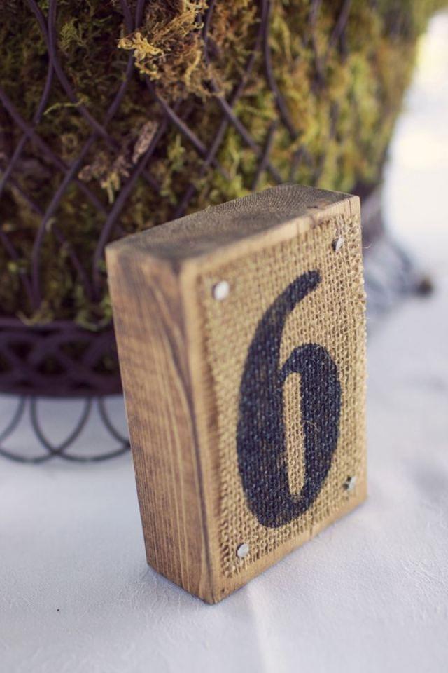 Una boda country shabby chic merece números de mesa pintados en arpillera o yute sobre bloques de madera