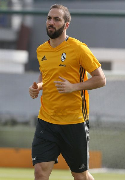 Juventus forward Gonzalo Higuain takes part in a training session in Doha on December 21, 2016, two days before the Italian Super Cup final football match between Juventus and AC Milan in the Qatari capital. / AFP / KARIM JAAFAR