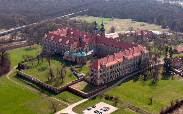 Lubiąż. Lubuš (Dolnoslez. v.) - cisterciácký barok. klášter, jedna z největších arch. památek ve SLezsku.