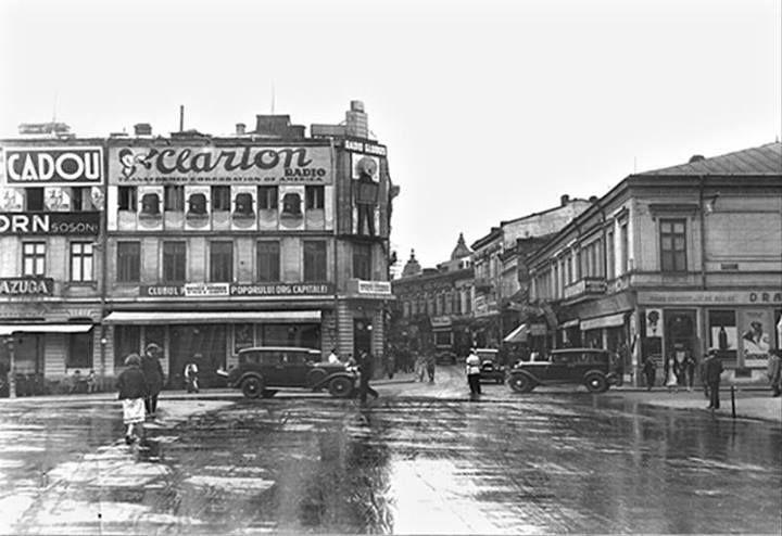 Bucureşti Piaţa Teatrului- Calea Victoriei la intersecţia cu strada Regală, anii 20 În stânga, casa Torok-Fialkovski, pe locul căreia se va construi blocul Adriatica (la parter, se observă sediul Clubului Partidului Poporului,partid înfiinţat de mareşalul Averescu). În dreapta, casa Vanic pe locul căreia se va construi blocul Niculescu (la parter magazinul Dragomir Niculescu)