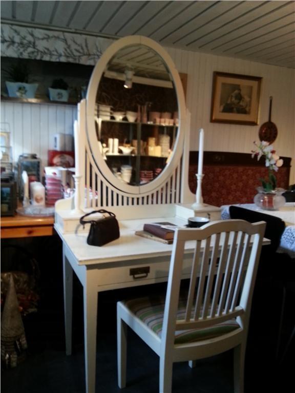 Sminkbord med stol på Tradera. Övrigt | Sovrum | Möbler | Hem & Hushåll