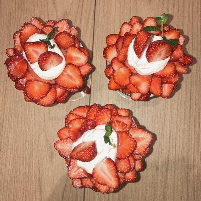 . あまおう13個の苺パフェ🍓 まさに、苺のドレスや〜👗💎✨ #instagood#gnstalike#instafood#instaphoto#pretty#l4l#followme#food#strawberry#pafe#sweet#delicious#yam#苺パフェ#姫路#ピオレ #himecafe#あまおう#苺#13個ハイミーカフェ (Hi! me Cafe) - 姫路 まねき食品