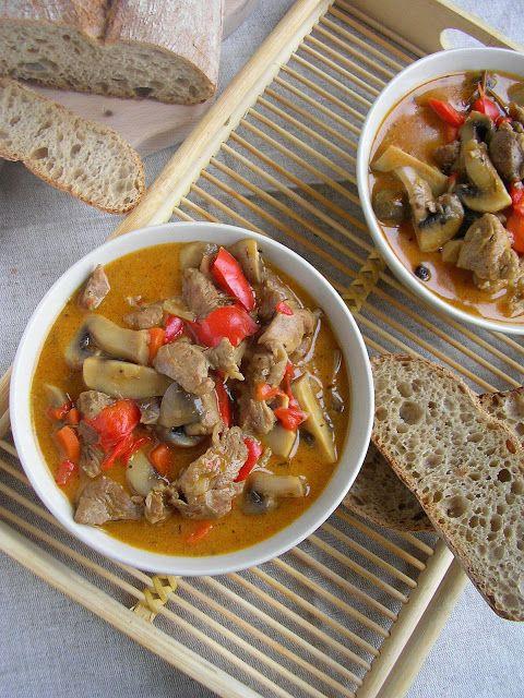 Gulasz indyczy z warzywami i pieczarkami
