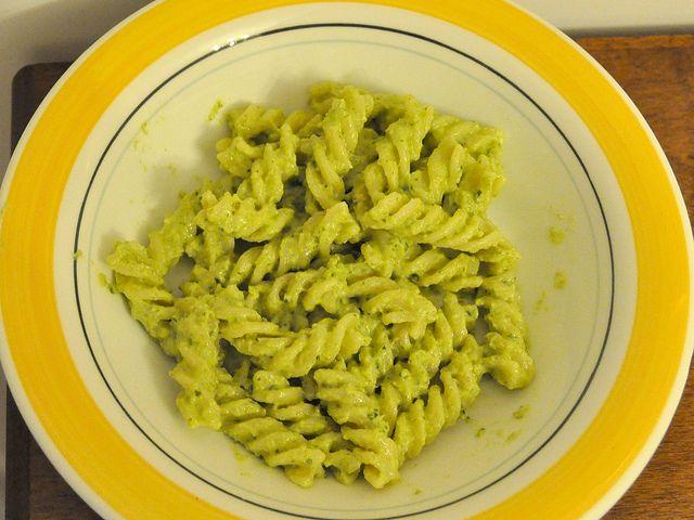 Hai un po' di zucchine nel frigo e vuoi preparare un primo diverso? Io ti consiglio questo pesto di zucchine Bimby!