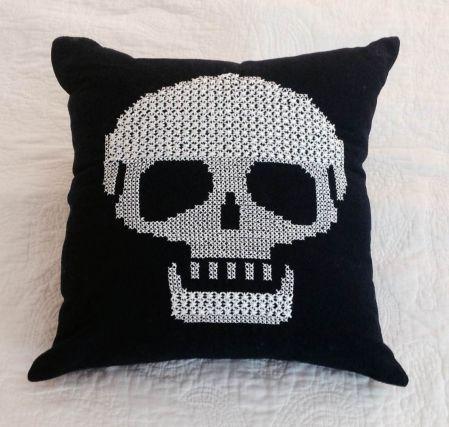 #kurukafa #kanaviçe #siyah #yastık #scull #handmade #home #decor #embroidery #pillow #cover