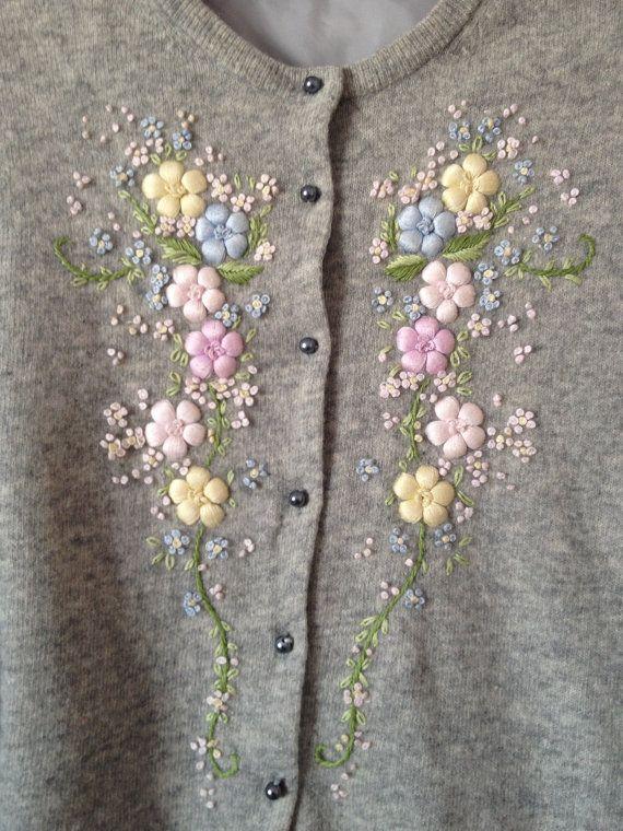 Vintage 1950s gris cárdigan bordado floral por shopwhen en Etsy