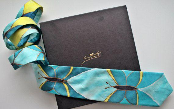 Cravatta in twill di seta 100% dipinta a mano. Prodotto artigianale unico. Utilizzo di colori naturali e di seta italiana. Lavorata al 100% in Italia. Cuciture fatte a mano con filo di seta colorato. Dimensioni: larghezza 8,5 cm , larghezza 148 cm. Compreso pacco regalo . Partiamo dalla seta naturale che viene dipinta, secondo il modello prestabilito. Cottura della seta in specifica stufa per fissare i colori. Primo lavaggio per verifica del fissaggio. Taglio e cucitura della cravatta con…