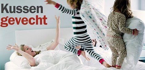 Kussengevecht,kinderkussen, kinderen en moeder in bed,fun,kussen veren,dons,spelen optisleep kussens,,grote keus bij slaapkenner theo bot