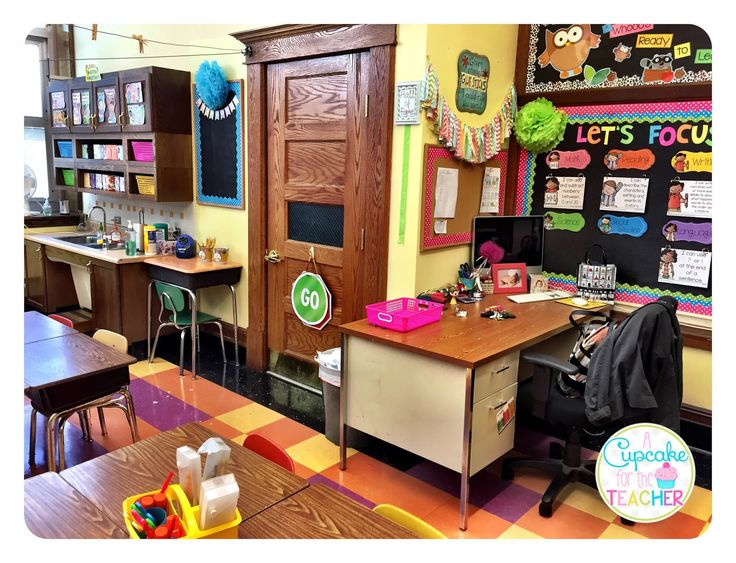 I am finally here with a mini tour of my classroom! At least it didn't take me as long as last year-- October 11th vs. November 4th-- #win...