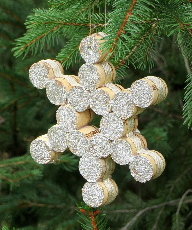I created a Christmas ornament that I adore by cutting wine corks in half and gluing them together to make a snowflake pattern. Ribbon was glued to the sides, t�