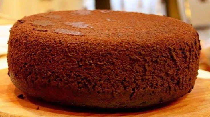A kakaós piskóta rengeteg sütemény alapja. Ha a recept alapján készíted, szép magas lesz és nem esik össze sütés közben. A sütőpor azért kell bele, hogy légiesebb, lyukacsosabb legyen a tészta. Hozzávalók: 6 tojás csipet só 6 evőkanál cukor 6 evőkanál liszt 3 evőkanál kakaópor 1 teáskanál sütőpor vaníliaaroma Elkészítés:[...]