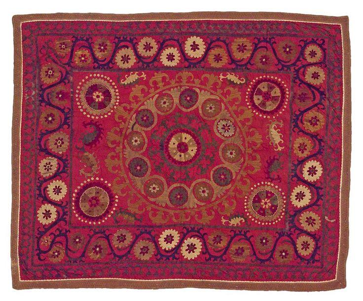 SOUZANI DE SEDA BORDADO, UZBEKISTÁN Tela de seda proveniente de Asia Central. Tejida a mano, se caracteriza por presentar vivos colores. Es utilizada para decorar el interior de las casas a modo de tapiz, alfombra, mantel o colcha. Medidas: 170 x 140 cm.