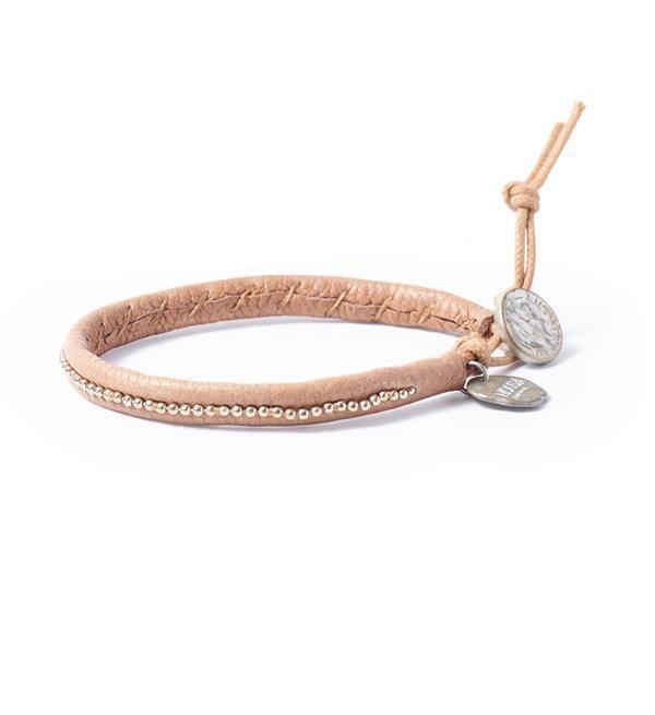 Noosa Amsterdam armband Warrior Soul bracelet. De NOOSA Amsterdam Warrior Soul armband is een handgemaakte leren armband, gemaakt met mooie ronde metalen kralen. De armband is verkrijgbaar in één maat en kan worden aangepast met een lus sluiting.