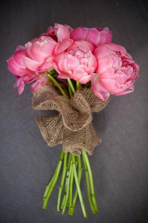 Ramo de peonías rosas con arpillera