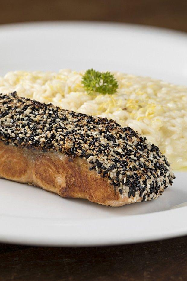 Receita: salmão com crosta de gergilim e risoto de limão (Foto: Rodrigo Azevedo)