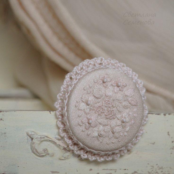 Купить Ванильное Поле. Брошь с вышивкой - брошь вышитая, кружево кружевной, круглая брошь