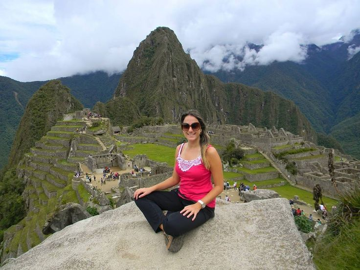 VOLTA AO MUNDO COM O PEGADAS!  O trigésimo oitavo país da série é o Peru um país onde tivemos grandes experiências mas que ainda queremos voltar para conhecer diversas outras regiões como Arequipa Trujillo Puno Lago Titicaca Nazca e muito mais!  Na foto a nossa viagem à Machu Picchu um lugar místico no meio das montanhas. Para chegar até lá é necessário primeiro ir até Cusco uma cidadezinha super charmosa com ruínas museus e sítios arqueológicos. De lá pegue o trem até Águas Calientes e siga…